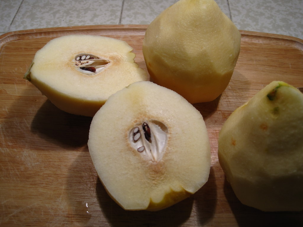 how to cut and eat a quince